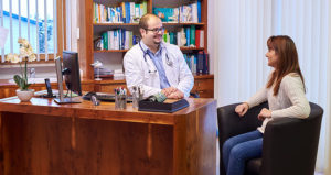 Dr- Gabor Csuka im Gespräch mit einer Patientin